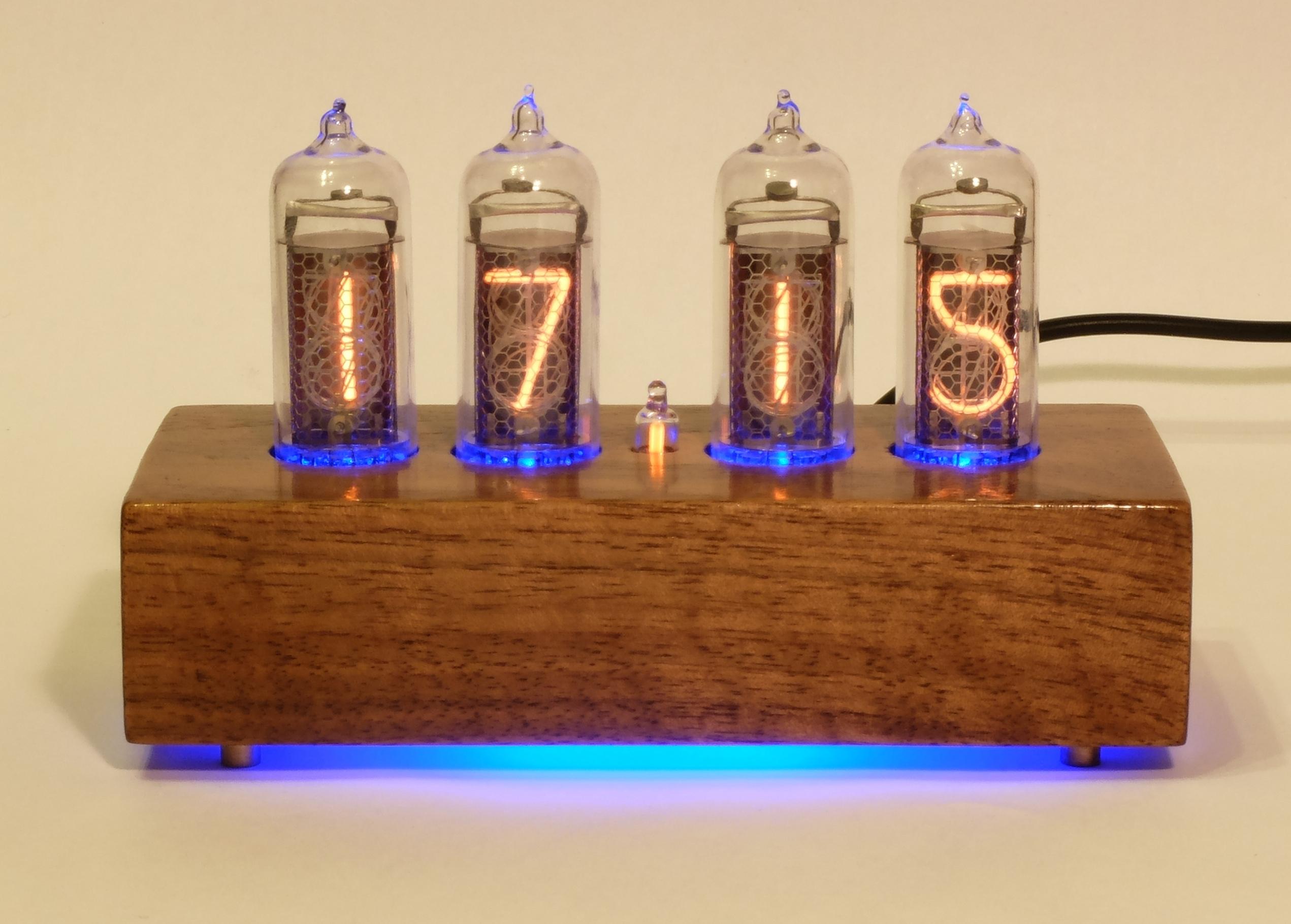 Часы на газоразрядных индикаторах ИН-14 в корпусе из американского ореха