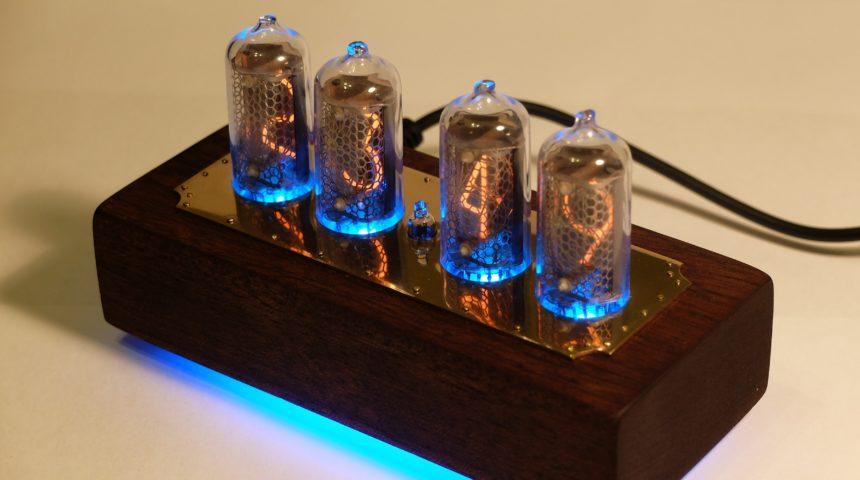 Ламповые часы в корпусе из красного дерева